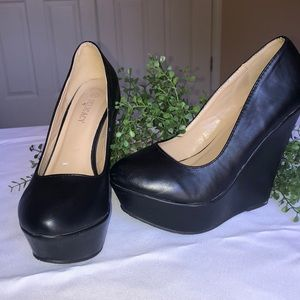 Delicacy black wedges size 7 1/2
